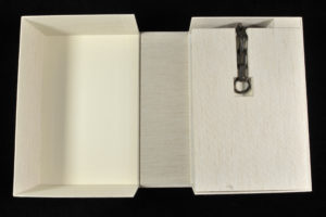 This drop spine box, fitted with an additional flap, also protects the binding from the chain.